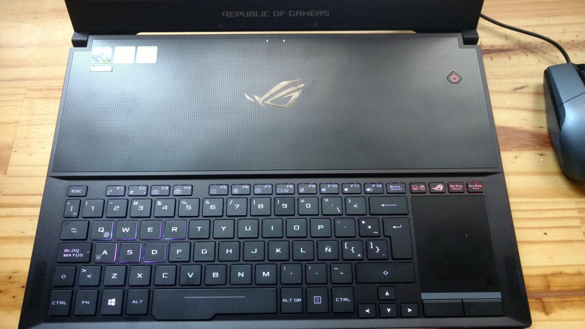 El teclado, en la parte inferior