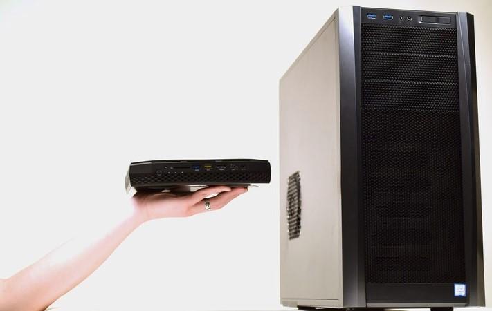 """El NUC en comparación con una clásica """"torre"""" Full ATX. (Intel)"""