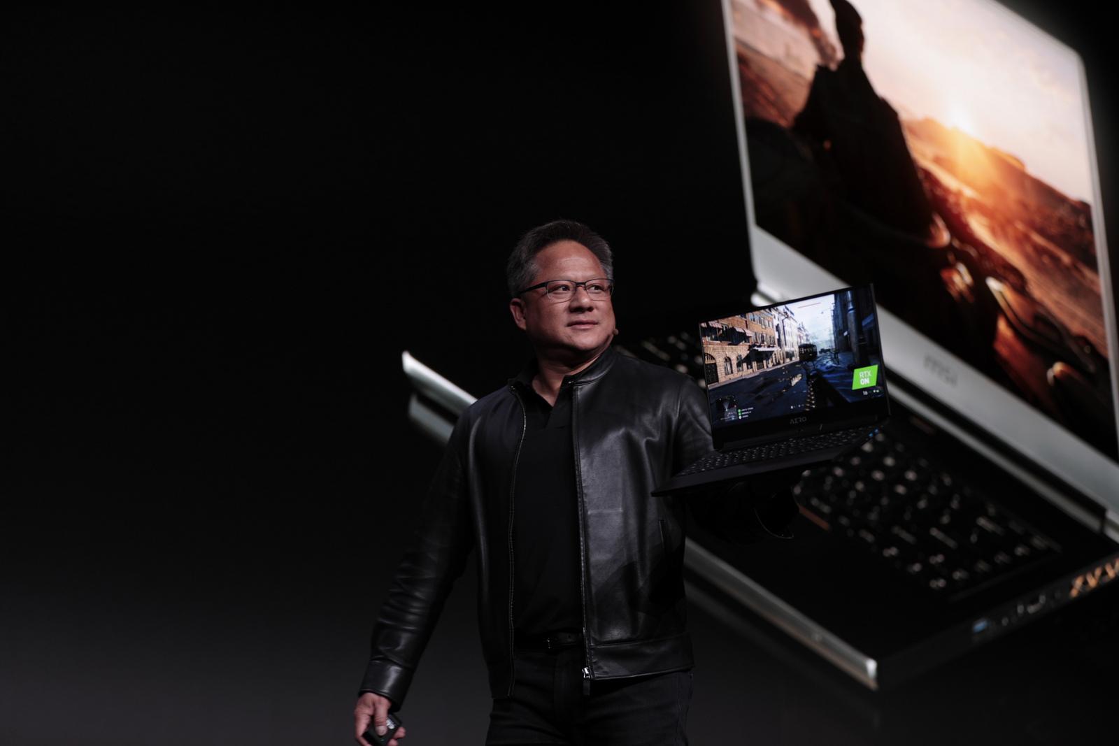 Jensen Huang, presentando las nuevas laptops con RTX