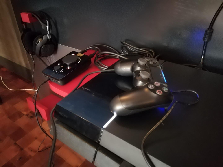 El auricular Astro A 40 y su consola de audio MixAmp Pro conectado en una PlayStation 4.