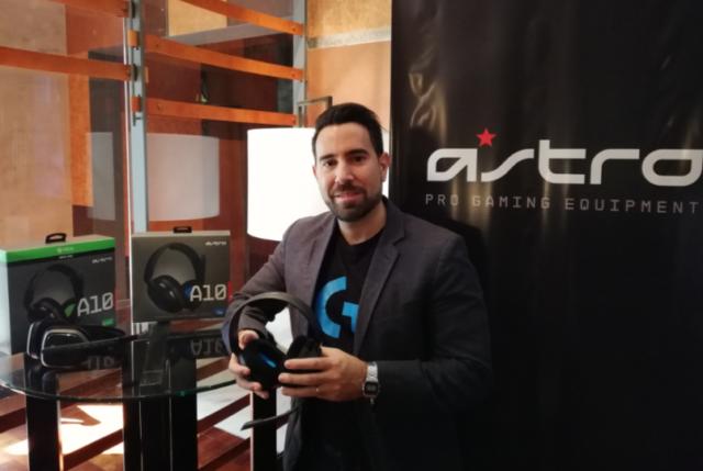 Lucas Landa, Product Marketing Manager Logitech Cono Sur, con el auricular Astro A 10 de Astro Gaming