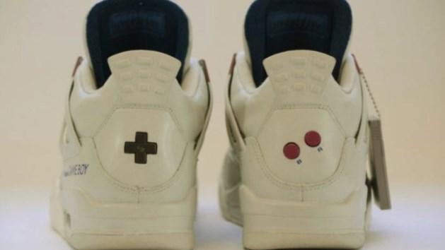 El D-Pad y los botones B y A, característicos del Game Boy, detrás de las zapatillas