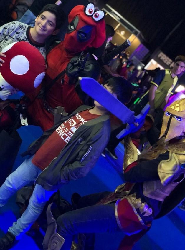Cosplayers: una mezcla de Deadpool con Nintendo