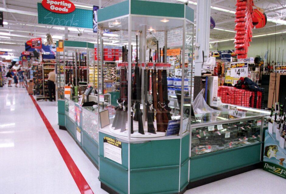 Walmart retira publicidad de juegos violentos en sus locales pero sigue vendiendo armas de fuego
