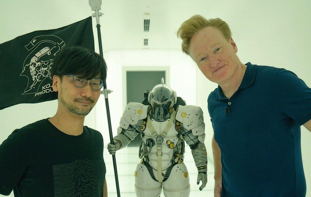 """Conan O'Brien visitó a Hideo Kojima en Tokyo y hasta se """"metió"""" en Death Stranding"""