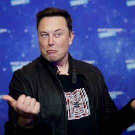 """Elon Musk, el """"salvador"""" de CD Projekt: disparó sus acciones y sueña con tener sus juegos en los Tesla"""